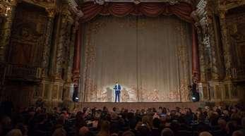 Bayerns Ministerpräsident Markus Söder (CSU) auf der Bühne des renovierten Opernhauses in Bayreuth.