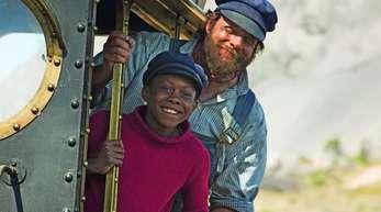 Henning Baum als Lokomotivführer Lukas (r) und Solomon Gordon als Jim Knopf.