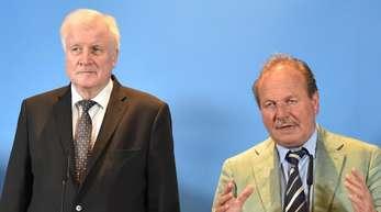 Verdi-Chef Frank Bsirske und Innenminister Horst Seehofer geben in Potsdam die Ergebnisse der Einigung bei den Tarifverhandlungen für den öffentlichen Dienst bekannt.