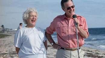 George H.W. Bush, ehemaliger Präsident der USA, und seine Frau Barbara Bush im Jahr 1988 in Florida.