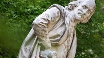 Das Denkmal von William Shakespeare im Park an der Ilm in Weimar.