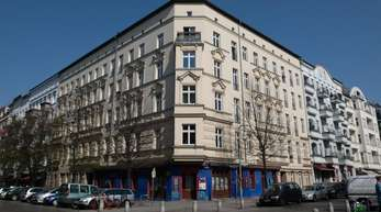 An der Straßenecke Lychener Straße/Raumerstraße in Berlin wurden nach Angaben der Polizei zwei Kippa tragende Männer von drei bislang Unbekannten antisemitisch beschimpft und attackiert.