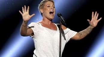 Ein besonders emotionaler Auftritt bei der diesjährigen Grammy-Verleihung:Pink singt «Wild Hearts Can't Be Broken».