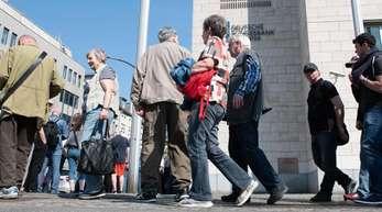 Berlin: Dicht an dicht stehen Münzsammler rund um das Gebäude der Deutschen Bundesbank, um die neue 5-Euro-Sammlermünze zu erwerben.
