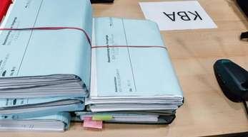 Akten des Kraftfahrtbundesamtes in einem Gerichtssaal:Die Deutsche Umwelthilfe verklagt die Behörde im Dieselskandal auf Akteneinsicht.