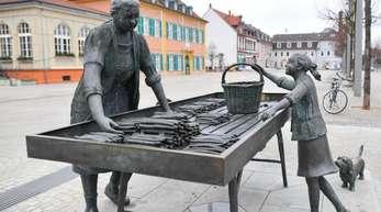 Das Denkmal «Spargelfrau» vor dem Haupteingang des Schlosses in Schwetzingen.