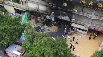 Ausgebrannte Karaoke-Bar im chinesischen Guangzhou. Das Feuer wurde offenbar vorsätzlich gelegt. Der mutmaßliche Brandstifter soll gefasst sein.