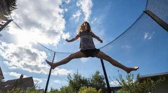 Unermüdlich: Ein Mädchen springt auf einem Trampolin.