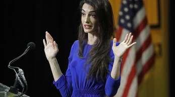 Die Menschenrechtsanwältin Amal Clooney spricht zu Studenten in den USA.