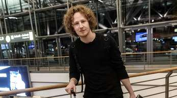 ESC-Teilnehmer Michael Schulte nach seiner Rückkehr aus Portugal im Flughafen Hamburg.
