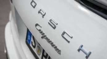 Die Heckklappe mit Typenbezeichnung eines Porsche Cayenne.