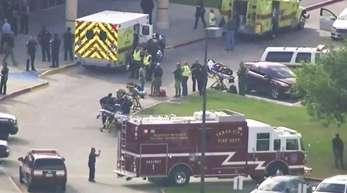 Rettungskräfte und Polizisten vor der High School.