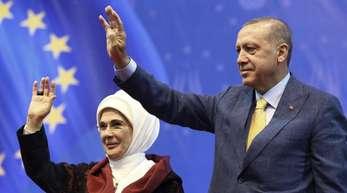 Recep Tayyip Erdogan und seine Frau Emine winken während einer Großkundgebung in Sarajevo.