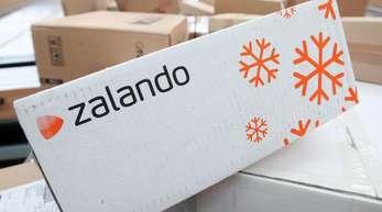 Ein Paket des Modehändlers Zalando auf einem Paketförderband im schleswig-holsteinischen Norderstedt.
