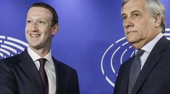 Mark Zuckerberg (L) zusammen mit EU-Parlamentspräsident Antonio Tajani.