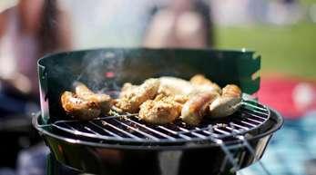 Wenn Fett, Fleischsaft oder Öl in der Glut verbrennen, entstehen Polyzyklische Aromatische Kohlenwasserstoffe, steigen dann im Rauch hoch und lagern sich auch auf dem Grillgut ab.