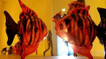 Riesige Fische bewegen sich durch den Raum: «My Room is Another Fish Bowl».