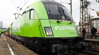 Ein Flixtrain steht auf dem Bahnhof Altona in Hamburg.
