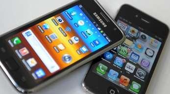 Ein Samsung Galaxy II (l) und ein Apple iPhone IV.