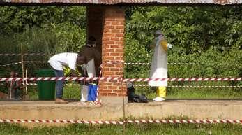 In Bikoro im Kongo verlassen Mitarbeiter den Quarantäne-Bereichs eines Ebola-Behandlungszentrums.