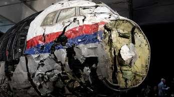 Die aus Trümmern wieder zusammen gesetzte Boeing 777 der Malaysia Airlines, die als Flug MH17 über der Ukraine abgeschossen wurde, im niederländischen Gilze-Rijen.