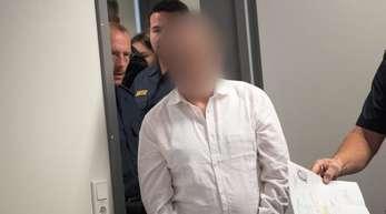 Der Angeklagte wird am Dienstag in Aschaffenburg in den Gerichtssaal geleitet.