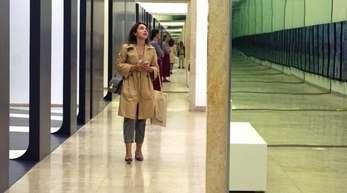 """Eine Besucherin betrachtet die Arbeit """"Unbuilding Walls"""" im deutschen Pavillon in Venedig."""