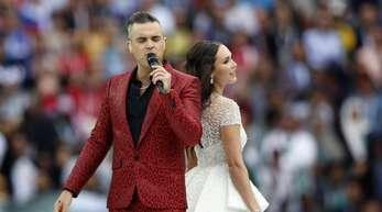 Popstar Robbie Williams und die russische Opernsängerin Aida Garifullina bei der Eröffnungsfeier der Fußball-WM 2018.