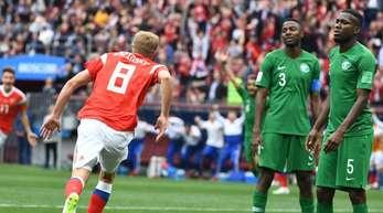 Russlands Torschütze Juri Gasinski (l) bejubelt das erste Tor der WM in Russland.