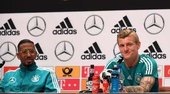 Sind bereit für den WM-Start gegen Mexiko: Jérôme Boateng (l) und Toni Kroos.