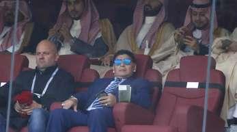 Diego Maradona verfolgt das Eröffnungsspiel der WM.