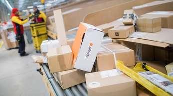 Pakete und Päckchen bei der Deutschen Post DHL. Millionenzahl von Paketen an Amazon, Otto, Zalando und Co. zurück. Doch wie gehen die Online-Riesen mit dieser Flut an Rücksendungen um?