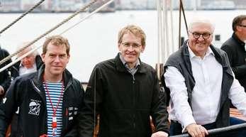 Oberbürgermeister Ulf Kämpfer (l-r), Ministerpräsident Daniel Günther und Bundespräsident Frank-Walter Steinmeier an Bord des Segelschulschiffs Thor Heyerdal.