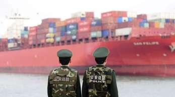 Grenzpolizisten im Hafen von Qingdao. China will mit der Umsetzung der Zölle auf US-Waren im Wert von 50 Milliarden Dollar (42,7 Mrd Euro) am 6. Juli beginnen.
