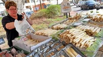 Gute Saison: Eine Verkäuferin in Berenbostel packt Spargel in eine Tüte.