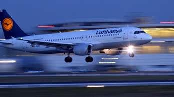 Die Lufthansa baut bereits ihre Tochter Eurowings als drittgrößte Billigfluggesellschaft Europas auf. Spohr zufolge soll Eurowings auch weitere Langstreckenverbindungen aufnehmen.