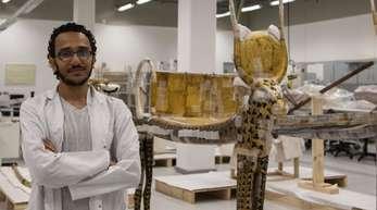 Mohamed Mostafa, ägyptischer Restaurator, im Konservierungslabor des Großen Ägyptischen Museums in Giseh.