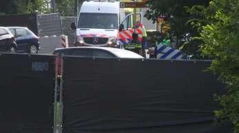 Rettungsfahrzeuge sind hinter Sichtschutz-Planen zu sehen. Hier war nach Abschluss des Pinkpop-Festivals, eines großen Musikfestivals im niederländischen Landgraaf an der deutschen Grenze, ein Kleinbus in eine Besuchergruppe gefahren.