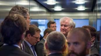 Markus Blume, CSU-Generalsekretär, Michael Hilmer, Referent von Horst Seehofer und Horst Seehofer, CSU-Parteivorsitzender, auf dem Weg zur Sitzung des CSU-Vorstands.
