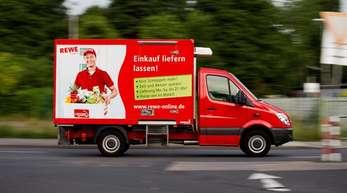 Ein Lieferwagen von Rewe Online unterwegs in Köln.