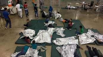 Von ihrem Eltern getrennte Kinder in einem Auffanglager in US-amerikanischen Mcallen. US-Behörden haben seit der Einführung von Trumps Null-Toleranz-Politik gegen Migranten fast 2000 Kinder von ihren Eltern getrennt.