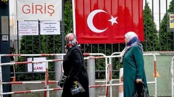 Wahlberechtigte vor dem Gelände des türkischen Generalkonsulats in Berlin. Hier können in Deutschland lebende Türken heute noch ihre Stimme für die türkischen Parlaments- und Präsidentenwahlen abgeben.