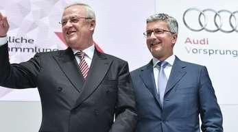 Der Vorstandsvorsitzende der Audi AG, Rupert Stadler (r), und der damalige Aufsichtsratsvorsitzende Martin Winterkorn im Jahr 2015. Foto