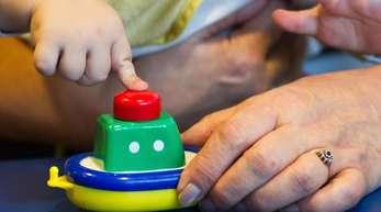 Eine Großmutter spielt mit ihrem Enkelkind.