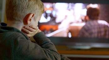 Wenn die Eltern auf Bildschirme starren, tun es ihnen die Kleinen gleich, so Experten.