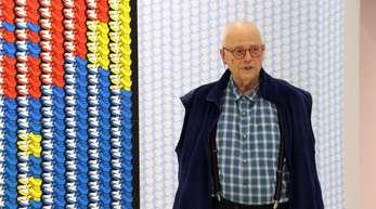 Thomas Bayrle im New Museum vor seinem Werk «Butteresser».
