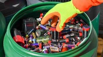 Batterien und Akkus werden auf einem Recyclinghof gesammelt.