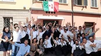 """Mitarbeiter der """"Osteria Francescana"""" feiern vor dem Restaurant."""