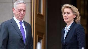 Ursula von der Leyen wird vom US-Verteidigungsminister James Mattis begrüßt. Die CDU-Ministerin besucht die USA unter schwierigen Vorzeichen. Washington und Berlin streiten seit Monaten über die Höhe der Verteidigungsausgaben innerhalb der Nato und di