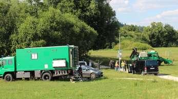 Die Bereitschaftspolizei aus Nürnberg sucht die Pegnitzwiese nach der vermissten Tramperin ab.